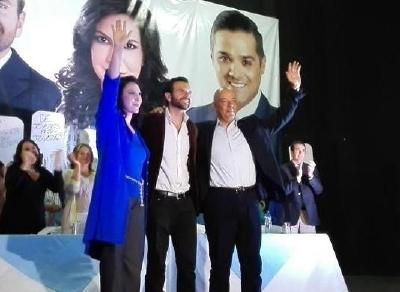 Luis Enrique Cruz, al centro, es proclamado por Zury Ríos y Cronwell Cuestas. (Foto Prensa Libre: Joel Suncar)