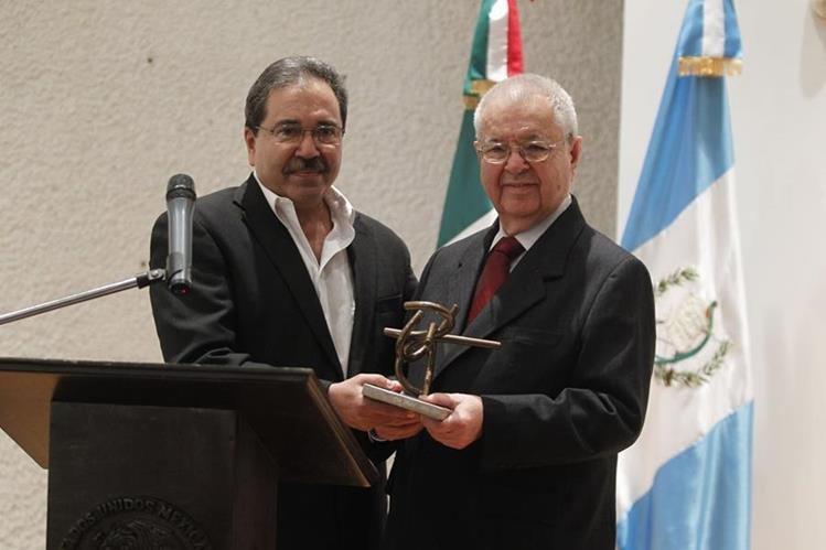 Jorge Palmieri (derecha) durante un homenaje en la Embajada de México en Guatemala, en 2012 (Foto: Hemeroteca PL).