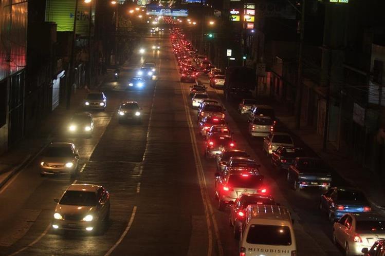 Largas filas de vehículos se observan en la Calle Martí, en una dura jornada para el tránsito en el norte de la capital. (Foto Prensa Libre: Carlos Hernández)