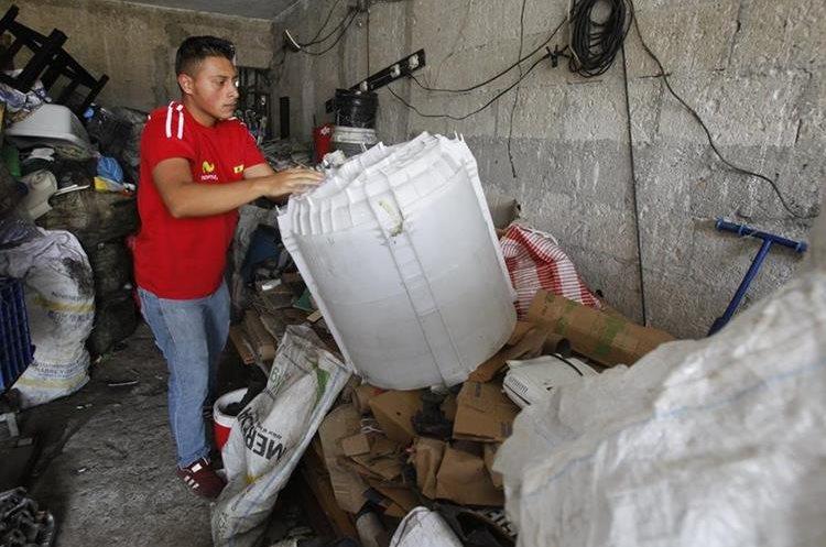 En varios sectores de la capital funcionan centro de acopio, a donde las personas llegan a vender sus desechos. (Foto Prensa Libre: Paulo Raquec)