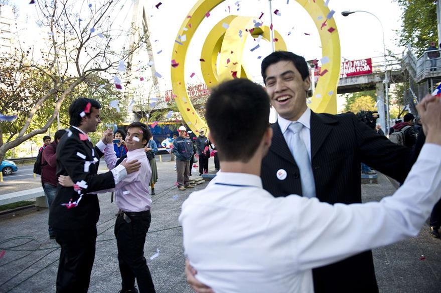 Activistas gay celebran la ley de Acuerdo de Unión Civil. (Foto Prensa Libre: AFP).