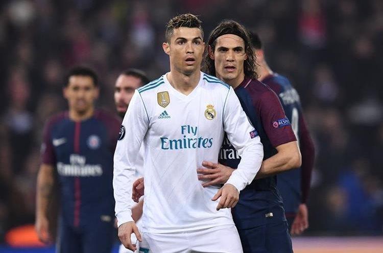 Edinson Cavani marca de cerca al portugués Cristiano Ronaldo.