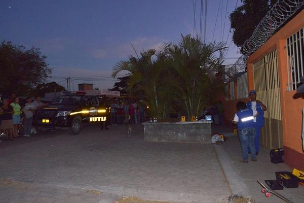<p>Las autoridades investigan el crimen. (Foto Prensa Libre: Óscar González)</p>