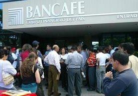 Clientes de Bancafé hicieron largas filasante el anuncio del cierre. (Foto Prensa Libre: Hemeroteca PL)