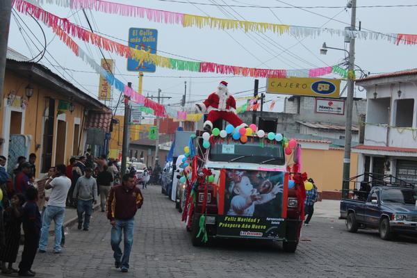 """<p>Una carroza con Santa Claus reccorre una de las callles de la ciudad de Sololá (Foto Prensa Libre: Édgar Sáenz). <br _mce_bogus=""""1""""></p>"""