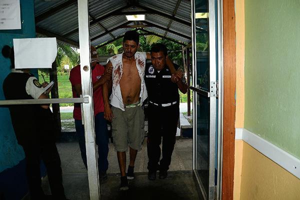 Celso Noel  López Pérez, de 36 años,  quien había sido secuestrado el viernes, es ingresado en el Hospital Nacional de Sayaxché, Petén, luego de fue encontrado con golpes entre matorrales. (Foto Prensa Libre: Rigoberto Escobar)