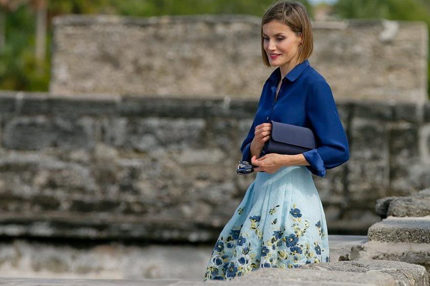 Letizia apuesta por  una falda vaporoza en línea A y una blusa de seda. Esto durante su visita  a la Ciudad de San Agustín en Estados Unidos (Foto Prensa Libre: EFE).