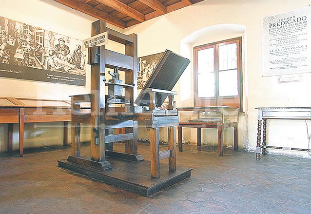 Réplica de la primera imprenta que vino a Guatemala en 1660, se puede contemplar en el Museo del Libro Antiguo en Antigua Guatemala. (Foto: Hemeroteca PL)