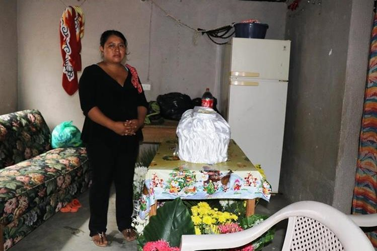 Claudia Véliz junto al féretro del menor de cuatro años, quien murió por una supuesta neumonía. (Foto Prensa Libre: Mario Morales)