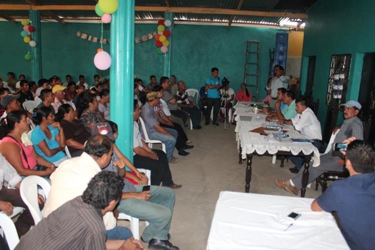 Vecinos de Las Cruces, Petén, escuchan propuestas de candidatos a alcalde. (Foto Prensa Libre: Rigoberto Escobar)