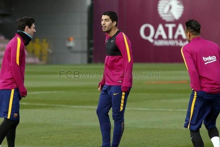 El tridente de lujo del FC Barcelona, Messi, Suárez y Neymar, durante el entrenamiento de este lunes. (Foto Prensa Libre: FC Barcelona)