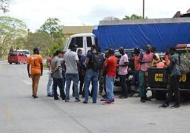 Parte del grupo de extranjeros que fue localizado en Esquipulas. (Foto Prensa Libre: Mario Morales).