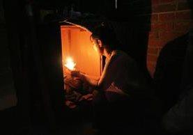 <em>Ilustración. <em>Población de barrios marginales y zonas rurales utiliza de forma consuetudinaria velas durante la noche. </em>(Foto Hemeroteca PL).</em>