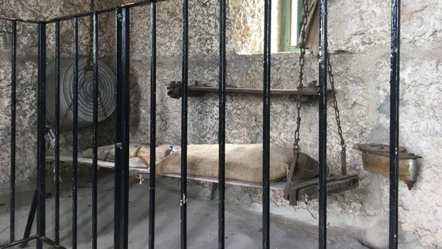 Leedskalnin dormía en una cama pequeña que colgaba del techo. BBC MUNDO