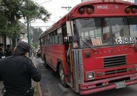 Bus permanece sobre la vía. (Foto Prensa Libre: Erick Ávila)