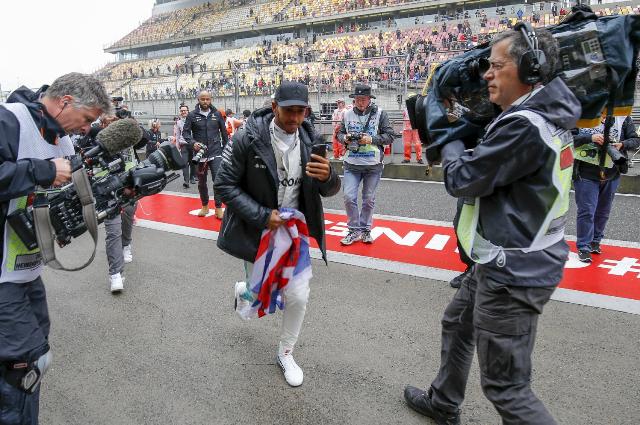 Lewis Hamilton no salió a la pista y aprovechó para compartir con los aficionados. (Foto Prensa Libre: EFE)