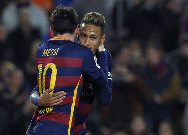 Neymar es importante en el tridente del Barcelona, acá festeja una anotación con Lionel Messi. (Foto Prensa Libre: AFP)