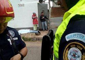 Estrada Reyes, de 58 años, quedó sin vida en una banqueta frente a su casa, en la zona 16. (Foto Prensa Libre: Erick Ávila)