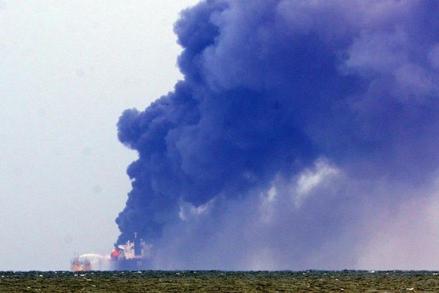 Así se ve el incendio desde un punto más lejano. (Foto Prensa Libre: EFE).