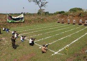 Los jóvenes hicieron pruebas con arma de alto calibre en tres posiciones. (Foto Prensa Libre: Rolando Miranda)