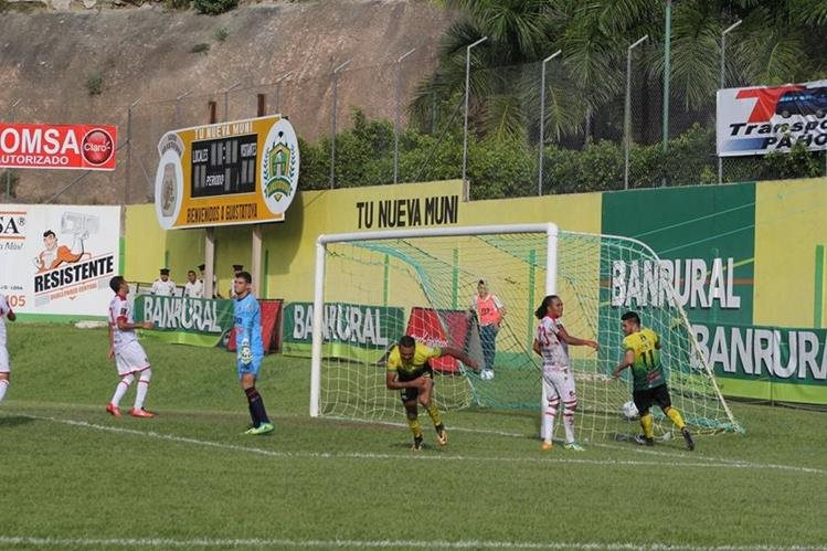 El delantero Jorge Vargas festeja el segundo gol de Guastatoya frente a Malacateco. (Foto Prensa Libre: Hugo Oliva)