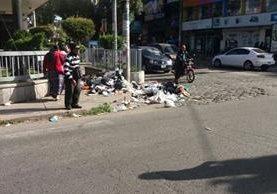 Acumulación de basura en las calles de Xela dificulta el paso de peatones. (Foto Prensa Libre: María José Longo)