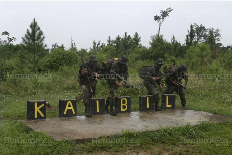 17/11/2005 Graduación de la nueva promoción de soldados kaibiles en Poptún, Petén. (Foto: Hemeroteca PL)