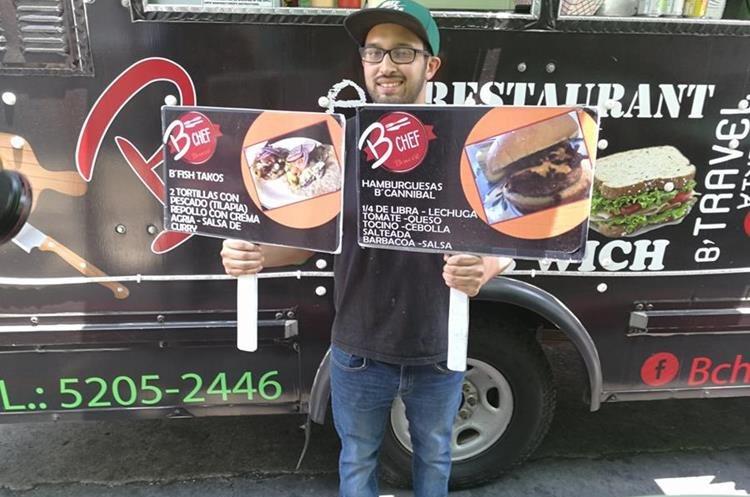 B chef Be ofrece variedad de hamburguesas y otras delicias. Rodrigo Mendoza, encargado de cocina, muestra dos de los menús. (Foto Prensa Libre: Oscar García).