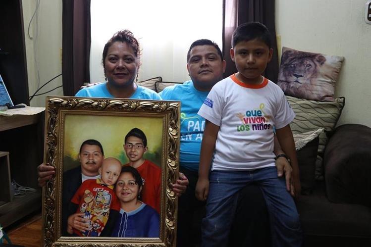 La familia Punay Rivera, muestran la fotografía de su hijo que logró sobrevivir al cáncer.(Foto Prensa Libre: María José Longo.)