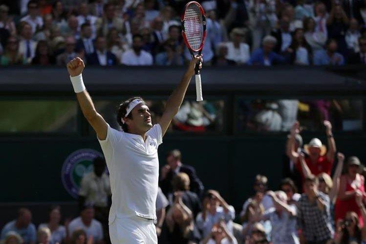 El suizo Roger Federer celebra luego de ganar contra el croata Marin Cilic y avanzar a las semifinales del abierto de Wimbledon. (Foto Prensa Libre: AP)