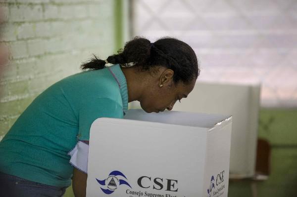 Una nicaragüense vota en Managua durante los comicios generales en Nicaragua. (EFE).