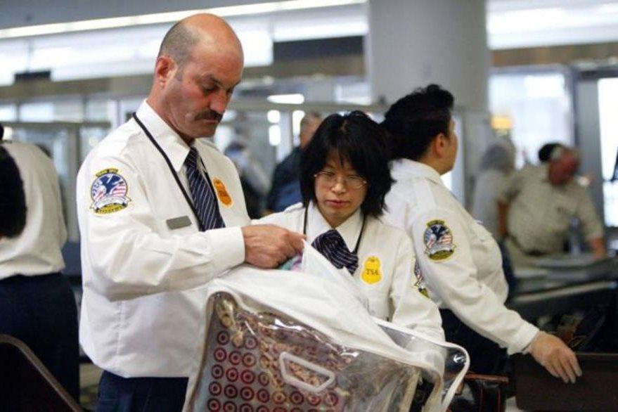 Otra profesión donde ganan más las mujeres en EE.UU.: los inspectores de seguridad en el aeropuerto. JUSTIN SULLIVAN