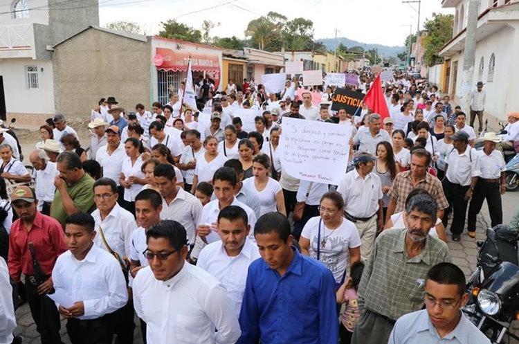 Vecinos de la cabecera de Jalapa se manifiestan contra la comuna. (Foto Prensa Libre: Hugo Oliva)