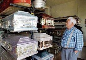 Las cajas fúnebres están fabricadas de madero o bien imitación metal recubiertas de tela o nylon. (Foto Prensa Libre: Paulo Raquec)