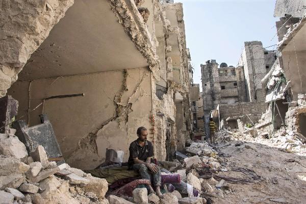 Un sirio observa los escombros dejados por una bomba barril en Alepo,