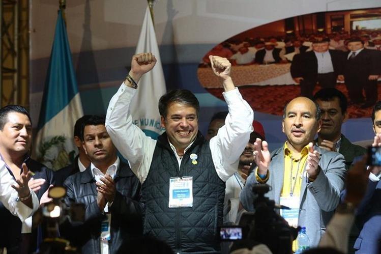 Edwin Escobar y su planilla festejan el triunfo. (Foto Prensa Libre: Álvaro Interiano)
