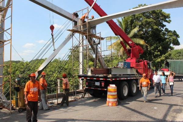 """<p>Trabajadores de Covial reparan estructura del puente Vado Ancho, en el kilómetro 237 el cuando conduce hacia la frontera con México. (Foto Prensa Libre: Alexander Coyoy)<br _mce_bogus=""""1""""></p>"""