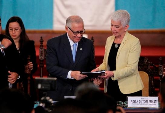 Adela Camacho entrega el documento al presidente Alejandro Maldonado. (Foto Prensa Libre: Paulo Raquec)