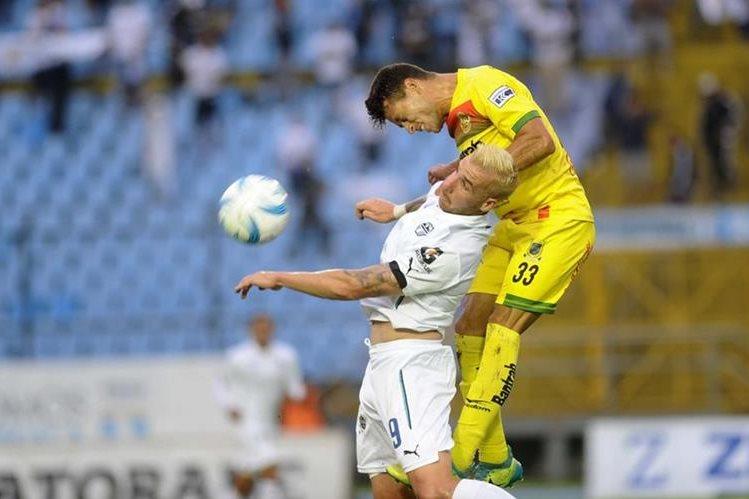 """Le costó pero llegó. """"El Colorado"""" López marcó su primer gol en el Torneo Apertura 2017. (Foto Prensa Libre: Francisco Sánchez)"""