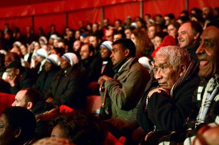 Los invitados del Papa disfrutan del espectáculo en el circo. (Foto Prensa Libre: AFP).