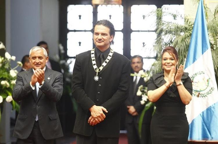 """El gobierno de Otto Pérez Molina reconoció a Ricardo Arjona con la Orden del Quetzal, en 2013. En 2015, tras los casos de corrupción en el Estado, el cantante devolvió el galardón. """"Donde no hay honor, hay caos"""", dijo."""