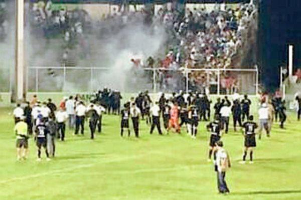 Aficionados de Sacachispas y Jocotán protagonizaron una riña el miércoles recién pasado en el estadio Las Victorias. (Foto Prensa Libre: Hemeroteca PL).