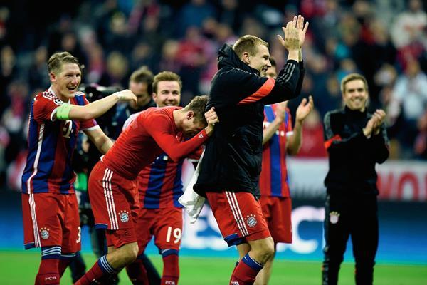 Los jugadores del Bayern Munich celebran el pase. (Foto Prensa Libre: AFP)
