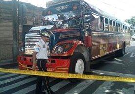 El bus fue interceptado en el ingreso a la capital por supuestos extorsionistas. (Foto Prensa Libre: Erick Avila)