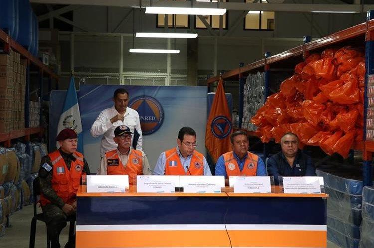 El mandatario Jimmy Morales junto a autoridades informan de situación por las constantes lluvias. (Foto Prensa Libre: Enrique Paredes).