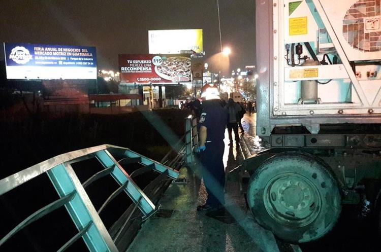 Uno de los tráileres dañó la baranda del puente. (Foto: @OttoGomez84)