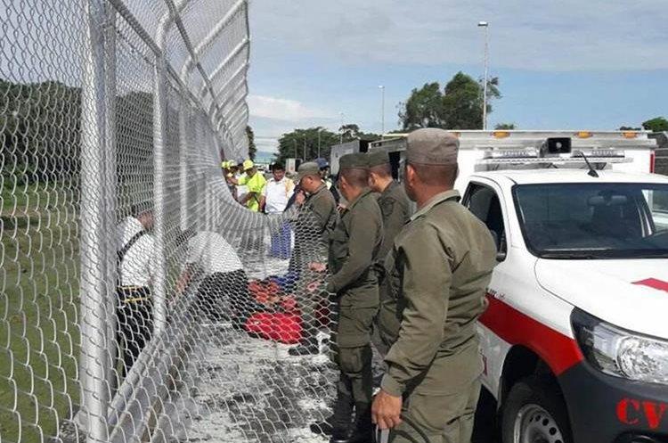 Socorristas trasladan los cuerpos a la morgue de San Marcos. (Foto Prensa Libre: Whitmer Barrera)