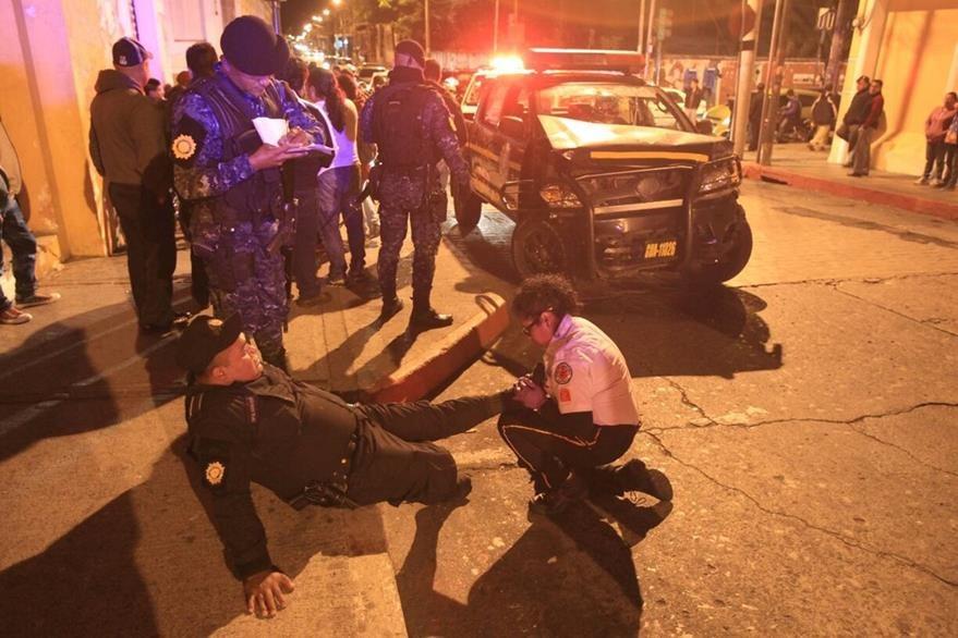Bomberos atienden a un agente que resultó lastimado. (Foto: Esbin García)