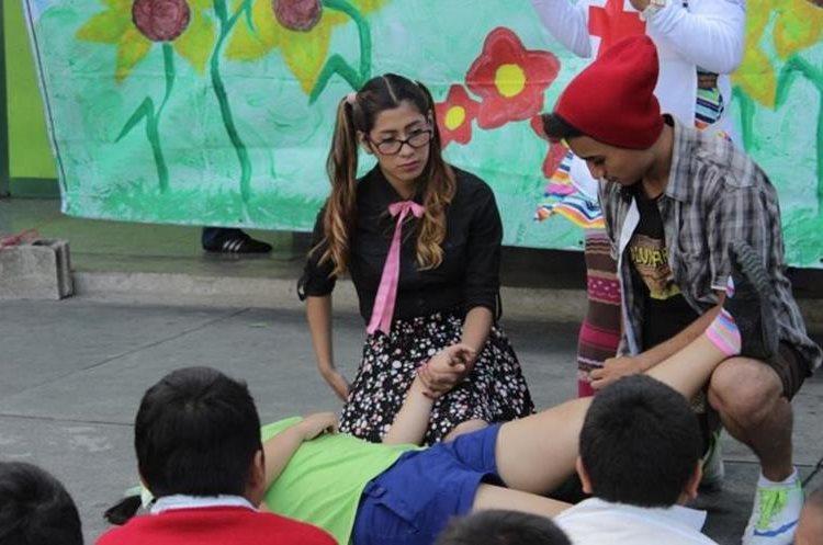 Para los niños, se escenifican obras de teatro para un mejor aprendizaje. (Foto Prensa Libre: Cortesía Cruz Roja)