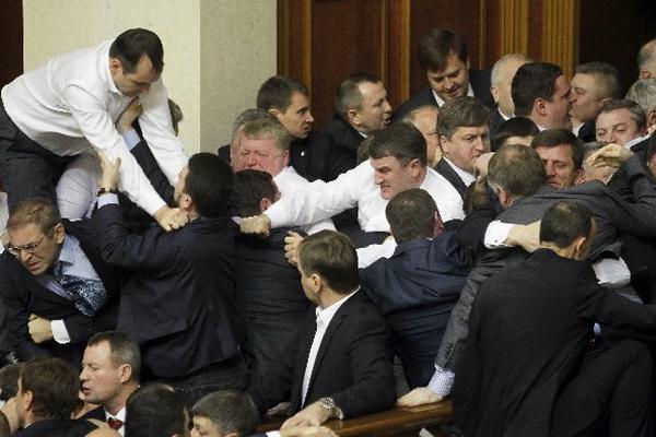 <p>Pelea entre diputados ucranianos. (AFP).</p>